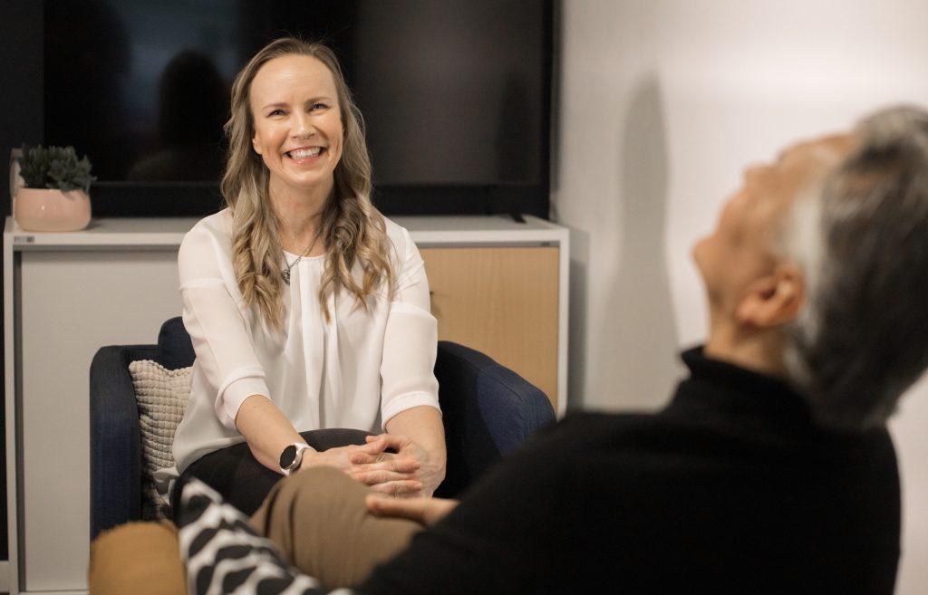 Coachingin avulla kehitetään mm. itsensä johtamista ja työyhteisön vuorovaikutusta- Coaching auttaa selkeyttämään omaa työroolia ja ajanhallintaa.